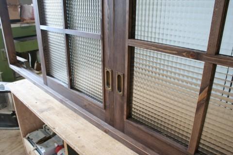 引き窓(チェッカーガラス、格子付き)