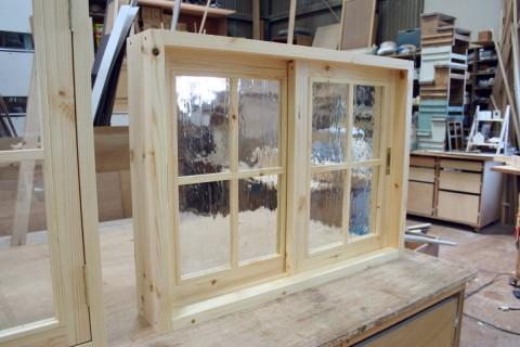 引き違い窓(無塗装、泡入りガラス)