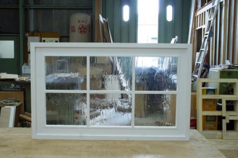 枠付きFIX窓(白塗りつぶし仕上げ、泡入りガラス、格子付き)