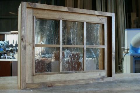 FIX窓枠付き・外側(泡入りガラス、格子付き)