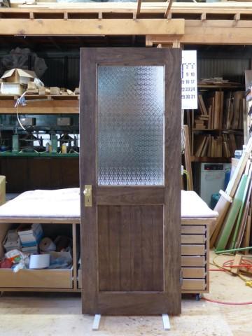 掘り込み箱錠とフローラガラスの室内ドア(ローズ色)