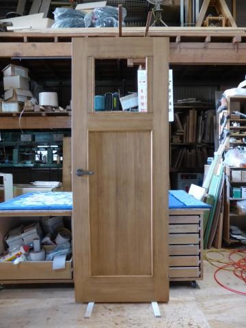 ヒノキ柾目の室内ドア(ステンドグラス開口付)