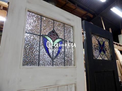 白色アンティークペイント仕上げドアのアンティークステンドグラス