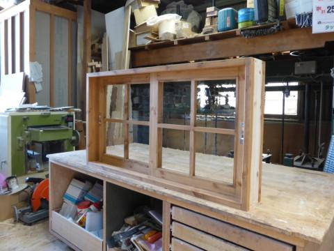 2枚引き違い窓(アーティスタ、十字格子、チーク色)/斜めから