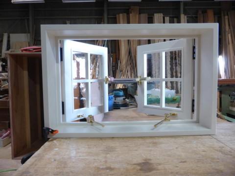 白色塗りつぶし仕上げの2枚観音開き窓(開時・内側)