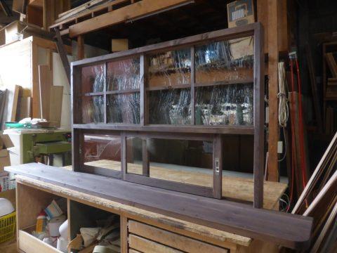 上部泡入りガラスのFIX窓、下部引き違い戸のキッチン造作窓(リビング側)/okamoku