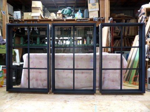 黒色塗りつぶし仕上げの室内窓(FIX窓)
