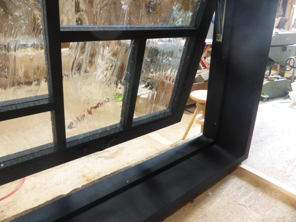 黒色塗りつぶしの滑り出し窓