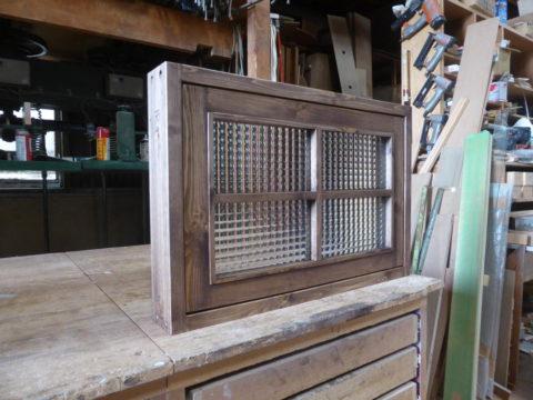 チェッカーガラスの回転室内窓(閉時、外側左斜めより)
