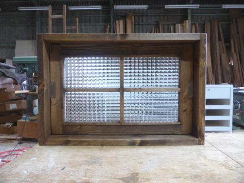チェッカーガラスの回転室内窓(内側正面、閉時)