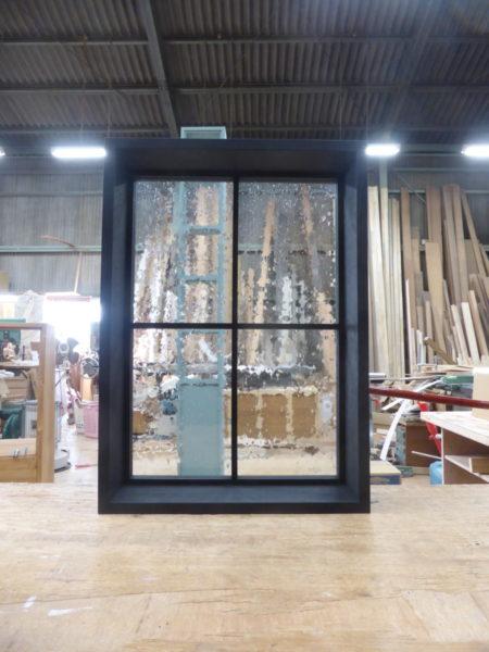 黒色塗りつぶし仕上げのFIX室内窓