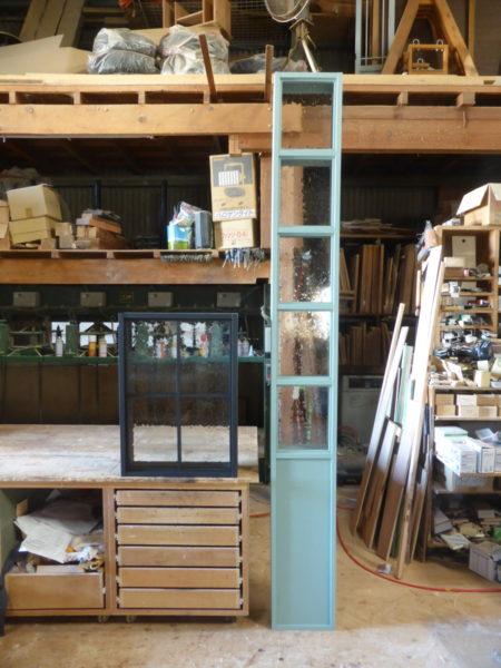 黒いFIX室内窓と青緑の背の高いFIX室内窓/okamoku・オーダー