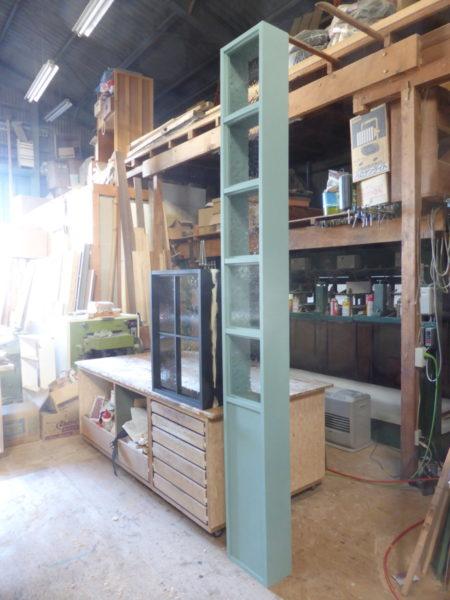 黒いFIX室内窓とブルーグリーンのFIX室内窓