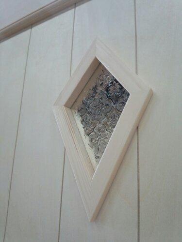 変形のひし形小窓