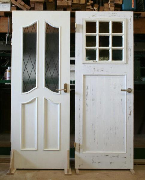 既存ドア(左)と新しく交換するドア(右)