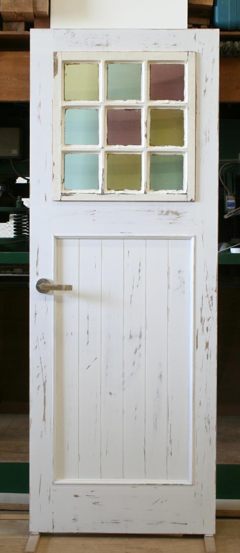 アンティークの木製格子窓をはめ込んだアンティーク仕上げの室内ドア