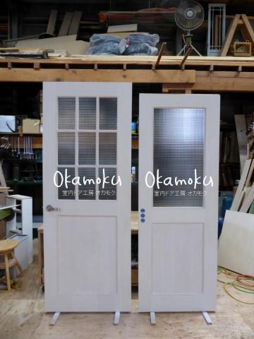 チェッカーガラスの開き扉と引き戸(白色木目出し仕上げ)