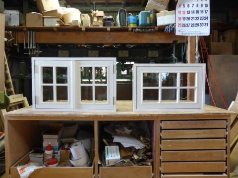 2枚観音開き窓と滑り出し窓(白色塗りつぶし仕上げ)