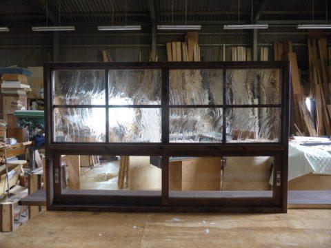 上部泡入りガラスのFIX窓、下部引き違い戸のキッチン造作窓(キッチン側)