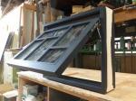 デザイン格子と黒色塗りつぶしの滑り出し窓/okamoku
