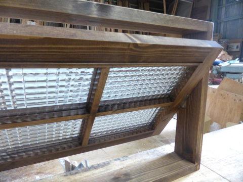 回転室内窓(半開時、内側斜めから)