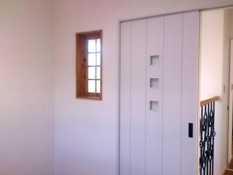 チェッカーガラスの片開き室内窓